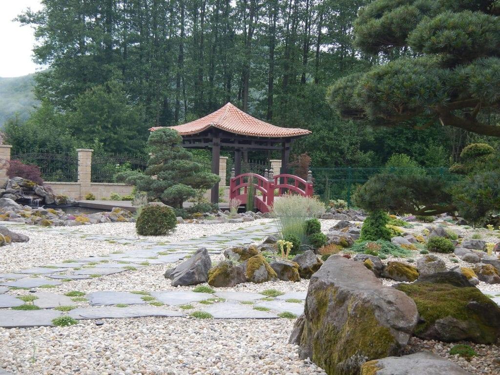 japonska zahrada a hinide altanok